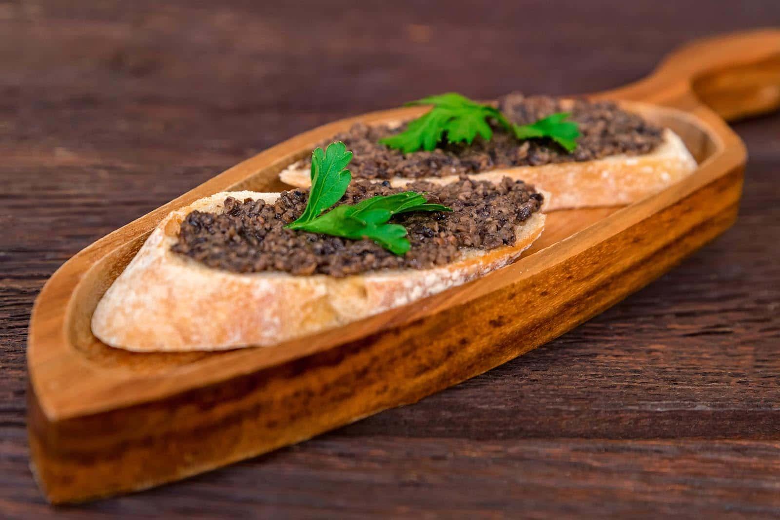crema di tartufo su pane